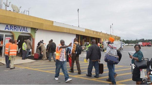 Passengers queue to leave Liberia's  Roberts International Airport near Monrovia (28 August 2014)
