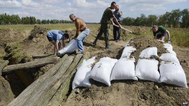 Residents in Mariupol build trenches (29 August 2014)