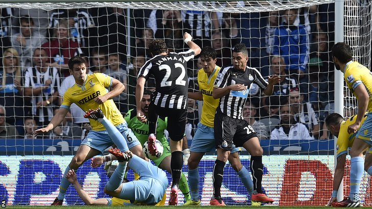 Daryl Janmaat scores an equaliser for Newcastle at home to Crystal Palace