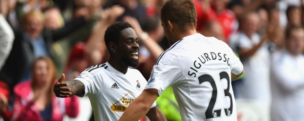 Nathan Dyer celebrates with Gylfi Sigurdsson