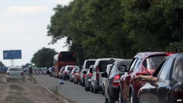 Residents flee fighting in Mariupol in the south-east, 30 Aug
