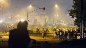 Pakistani opposition protesters throw stones towards police in Islamabad (30 August 2014)
