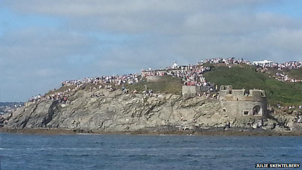 Crowds on cliff