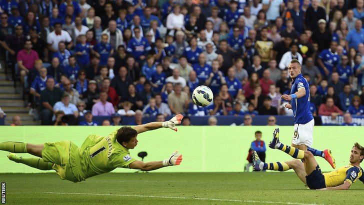 Jamie Vardy goes close to putting Leicester 2-1 in front