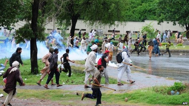 "Pakistani opposition protesters run towards police during clashes near the prime minister""s residence in Islamabad on September 1, 2014."