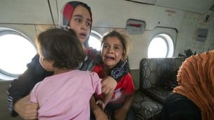 A woman and children are evacuated by military helicopter from the town of Amerli (29 August 2014)