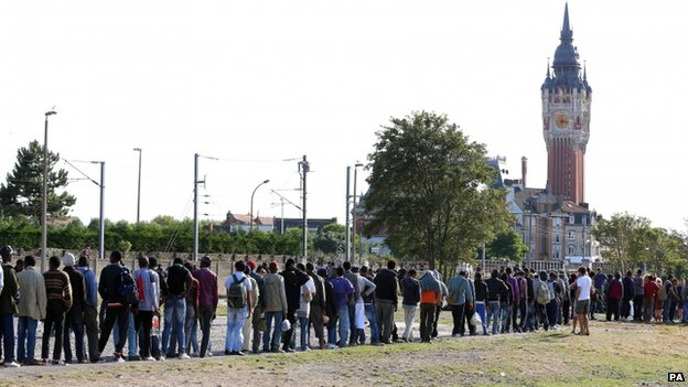 Migrants queue for food in Calais, France (5 August 2014)