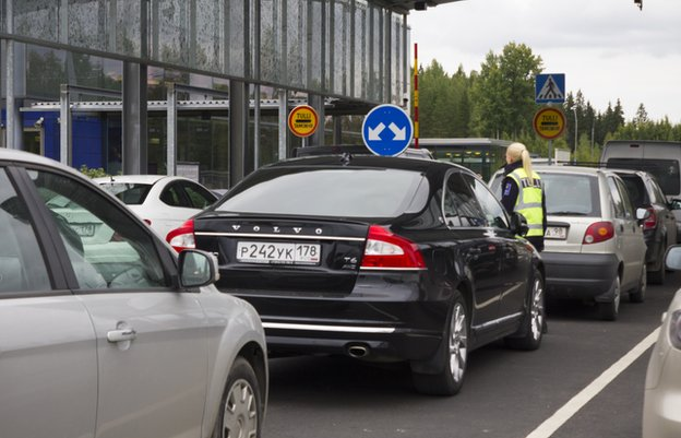 Russians cars queue at Finnish border