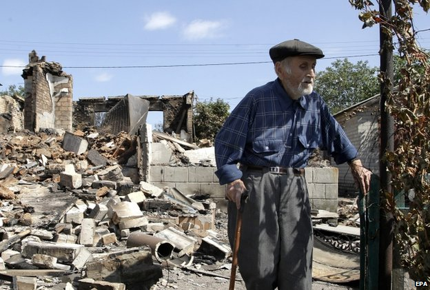 Ivan Saenko, 89, in Ilovaisk, a city that has seen massive destruction and heavy casualties (3 Sept)