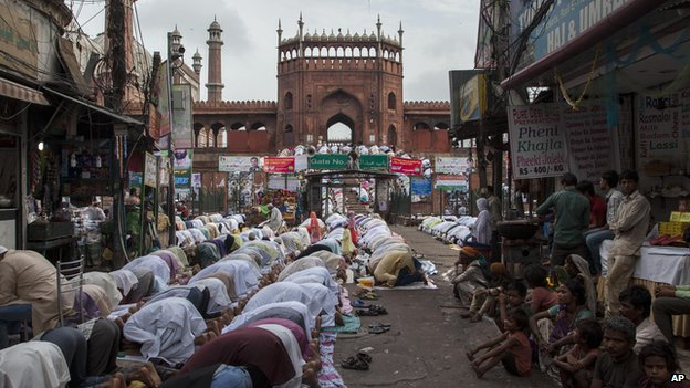 Indian Muslims praying outside Jama Mosque in new Delhi 29 July 2014