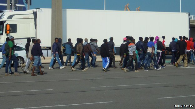 Illegal migrants under police escort in Calais (3 September 2014)