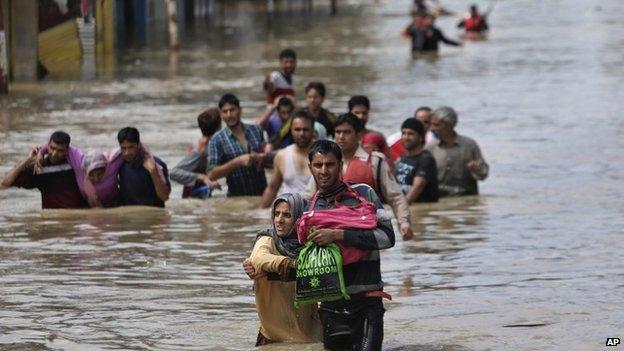 India pakistan floods: kashmir city of srinagar inundated