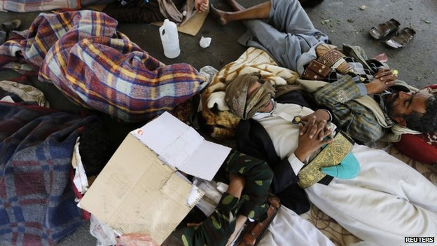 Followers of the Shia Houthi movement sleep in a makeshift tent camp on main road leading to the airport in Sanaa (8 September 2014)