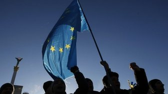 Ukrainian protesters wave EU flag and shout slogans on Independence Square in Kiev, on 3 December 2013