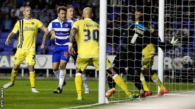 Segundo gol Simon Cox pontuação do Reading contra Millwall