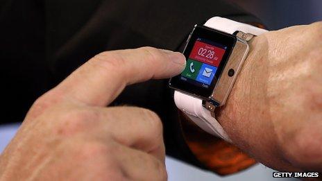 英国警告司机驾驶时不要使用智能手表