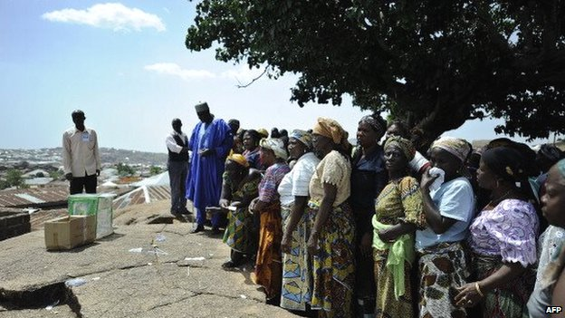 Nigerian voters queue as they wait to cast their ballots on 26 April 2011 at a polling station in Jos