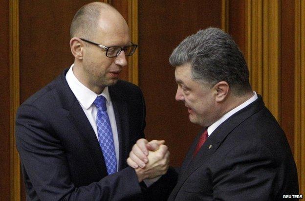 President Petro Poroshenko (R) with Ukrainian PM Arseniy Yatseniuk after parliament ratifies the EU deal (17 Sept)