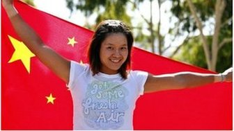 Li Na of China poses for photographers with her national flag at the Australian Open tennis tournament in Melbourne in this 28 January 2011 file photo
