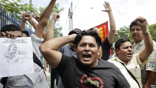 Anti-Flores protesters outside court in San Salvador