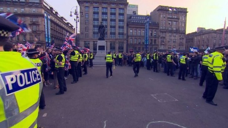 Yes and No supporters in George Square
