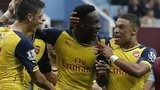 Arsenal celebrate Danny Welbeck's goal