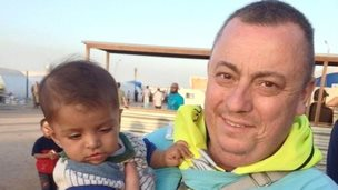 Alan Henning holding a child in Syria