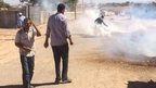 Tear gas fired by Turkish police at Syrian border (21/09/14)