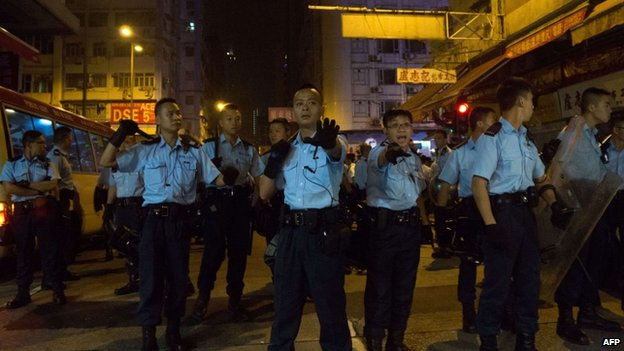 Police officers gesture at a cordon in Mong Kok. Photo: 5 October 2014