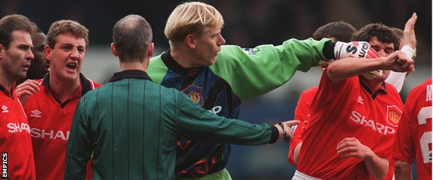 Keane and Schmeichel at odds after United concede a penalty against Leeds in 1995