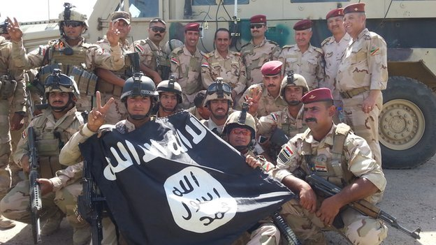 Soldiers from Iraqi 17th division with captured Islamic State flag