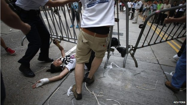 Anti-protesters drag barricade over protesters in HK (13 Oct 2014)