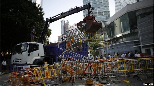 Crane removed barricades in Admiralty (13 Oct 2014)