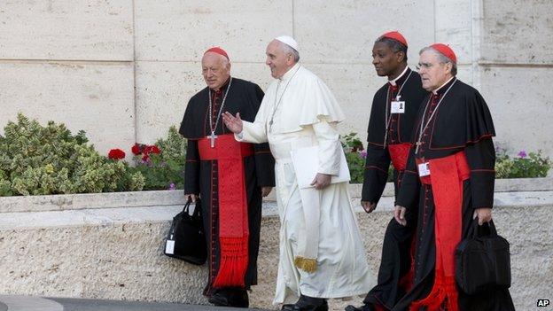 Papa Francis llega con, de izquierda, cardenal chileno Ricardo Ezzati Andrello, cardenal haitiana Chibly Langlois, y el cardenal español Lluis Martínez Sistach, 9 de Octubre