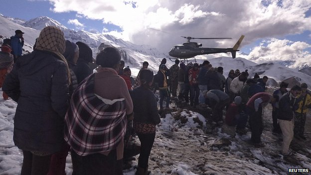 Helicopter brings avalanche victims back from mountains. 15 Oct 2014
