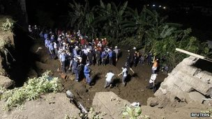 Rescue workers searching for bodies in Managua where a wall collapsed during heavy rains 18 Oct 2014