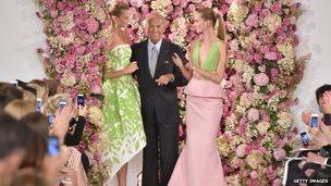 Designer Oscar de la Renta (centre) at his fashion show in New York. Photo: 9 September 2014
