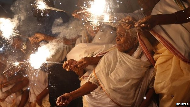 Widows light sparklers in Vrindavan, in the northern Indian state of Uttar Pradesh October 21, 2014