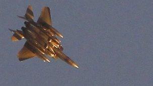 A US-led coalition aircraft flies over Kobane (20 October 2014)