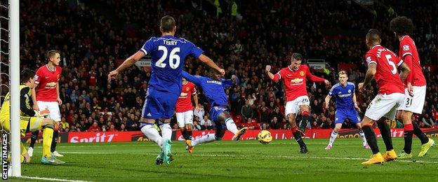 Manchester United's Robin Van Persie equalises against Chelsea