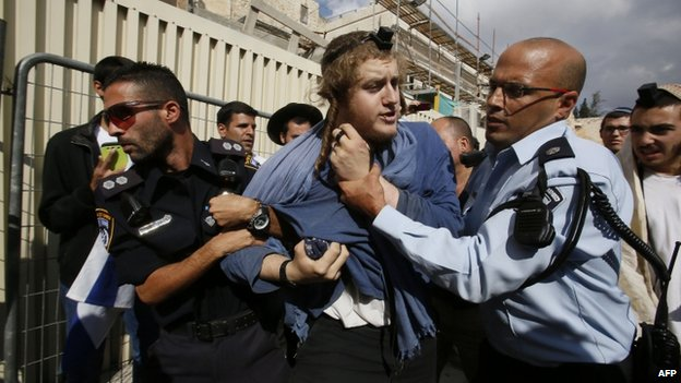 Israeli police arrest right-wing Jewish demonstrator after he tried to enter the holy site - 30 October