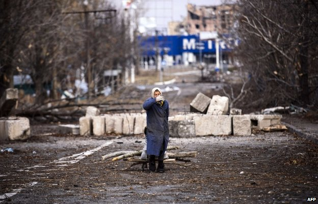 A woman forages for firewood near Donetsk airport (2 Nov)