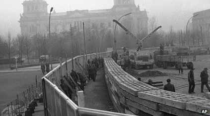 Who Built The Berlin Wall 1961 The Berlin Wall Being Built
