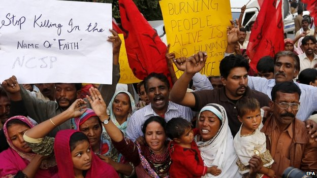 Pakistani Christians protest in Kot Radha Kishan, in Lahore, Pakistan on 6 November 2014