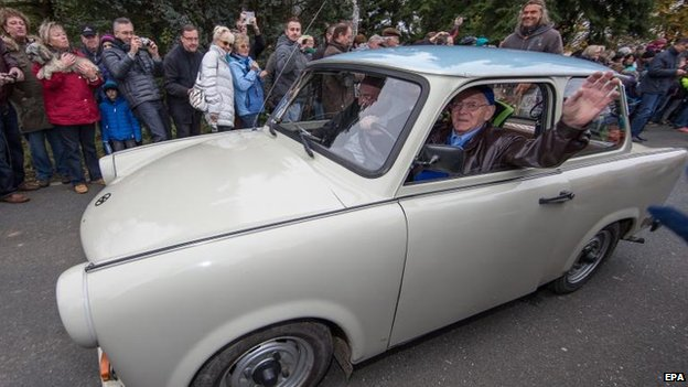 The first Trabant to cross from the East to the West 25 years ago, traverses the border again in commemoration - at the Ullitz crossing from Saxony into Bavaria, 9 Nov