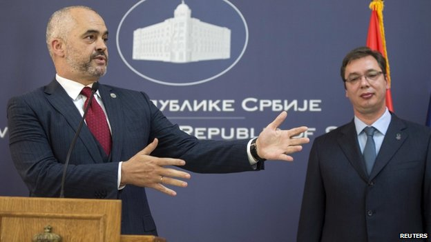 """Mr Vucic (R) accused Edi Rama of carrying out a """"provocation"""" (10 Nov)"""