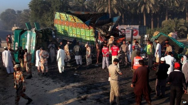 Pakistani emergency services at the scene of the crash in Khairpur district (11 November 2014)