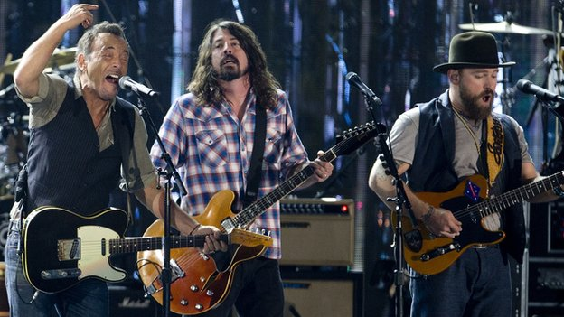 Bruce Springsteen, Dave Grohl and Zac Brown sing Fortunate Son at the 2014 Concert for Valor.