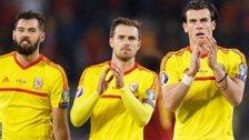 Joe Ledley, Aaron Ramsey a Greth Bale ar ddiwedd y gêm yn Stadwim Brenin Baudouin