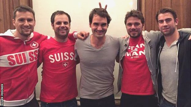 Roger Federer and Stan Wawrinka pose with the rest of the Swiss Davis Cup team